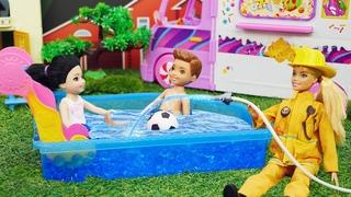 Pourquoi l'aire de jeux pour enfants est en feu? Barbie et les autres poupées pour enfants.