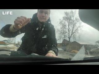 Кулаком разбил лобовое стекло на авто своей бывшей