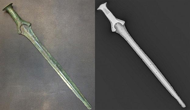 Фото и цифровой рентгеновский снимок меча раннего бронзового века, ок. 1600 г. до н.э.
