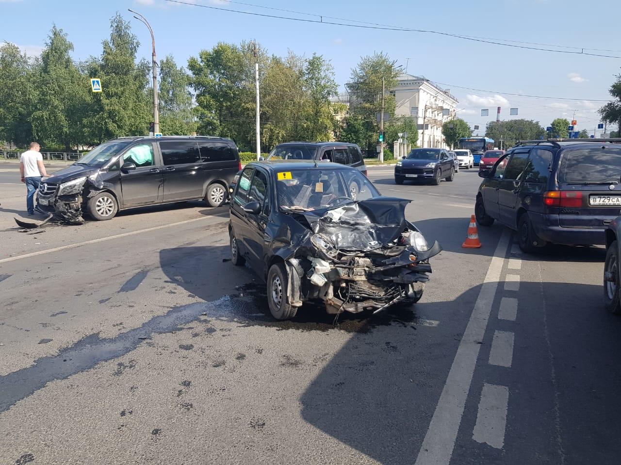 Неопытная водительница стала виновницей аварии в Твери