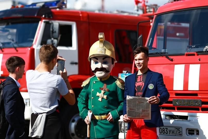 Пожарные в Чите научили школьников пользоваться огнетушителями и воздуходувками