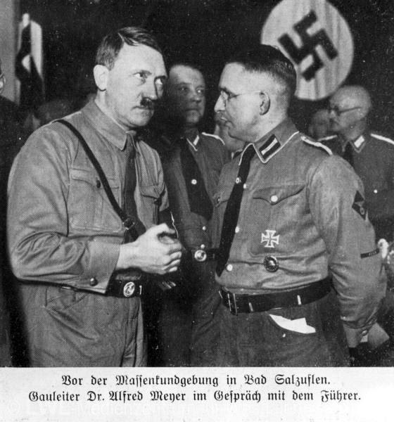 Предвыборное выступление в Бад Зальцуфлен: Адольф Гитлер в разговоре с доктором Альфредом Майером. Источник: Национал-социализм