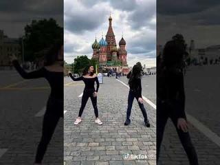 Девушки станцевали лезгинку на Красной Площади