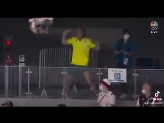 🇦🇺 Тренер австралийской пловчихи стал мемом  в Токио. Он узнал, что Бердымухамедов ушёл в отставку